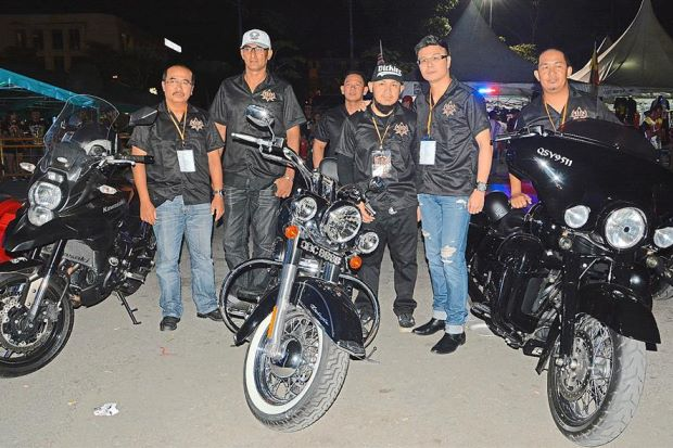 District Police Chief ACP Mohd Kamal (left), Event organiser  Abdul Razak Abdul Salam, Sibu Municipal Council deputy chairman Datuk Andrew Wong (second from right) standing in front of three big bikes. Photo credit: Borneo Post Online.