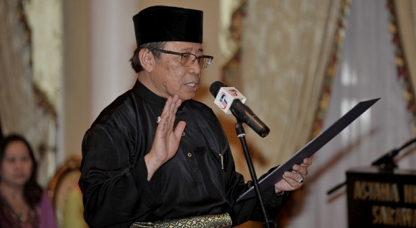 Image shows Datuk Amar Abang Haji Abdul Rahman Johari being sworn in as Chief Minsiter. Photo Credit: Sin Chew Daily