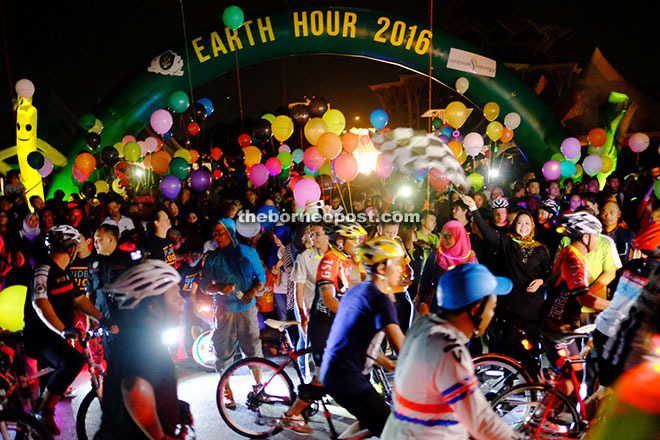 Image shows participants in the Earth Hour Walk and cycling event, 2016. Photo credit: Borneo Post