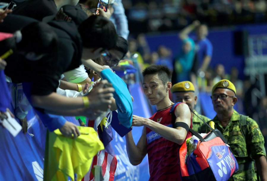 Image shows Datuk Lee Chong Wei with his fans after a match during the Malaysia Open at the Perpaduan Stadium, Petra Jaya. Photo credit: Nadim Bokhari, Bernama.
