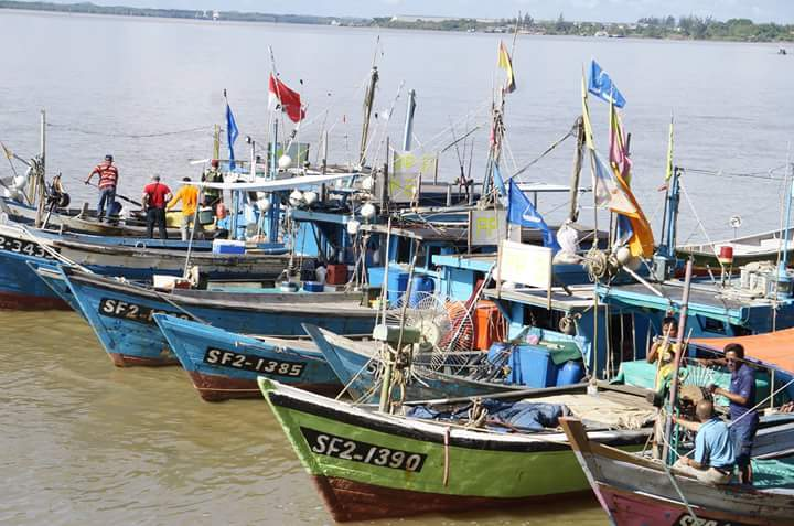 Boats waiting for the launch of the Tanjung Manis Fishing Safari 2016. Photo credit: DUN N41 Kuala Rejang.